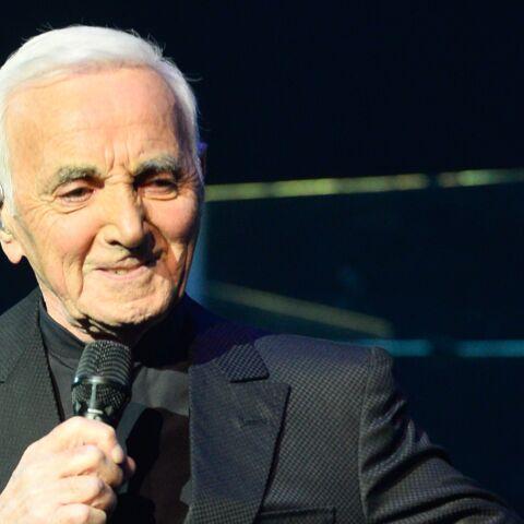 PHOTO – À Nîmes, Johnny Hallyday et Les Vieilles Canailles reçoivent la visite surprise de Charles Aznavour