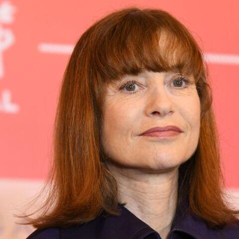 PHOTOS – Isabelle Huppert arbore une nouvelle coiffure: un carré mi-long à frange très tendance