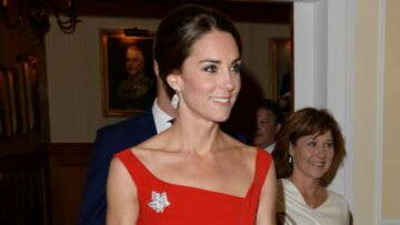 PHOTOS – Kate Middleton glamour et très sexy en robe rouge moulante