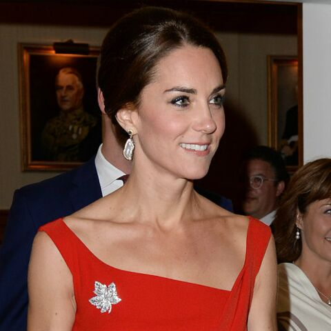 PHOTOS – Kate Middleton glamour et très sexy en robe rouge moulante