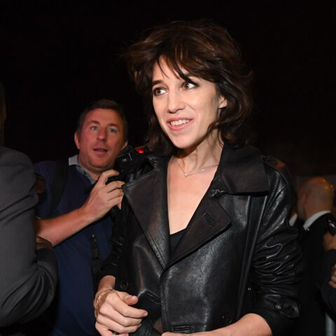 PHOTOS – Charlotte Gainsbourg rock et soutien-gorge apparent pour Saint Laurent