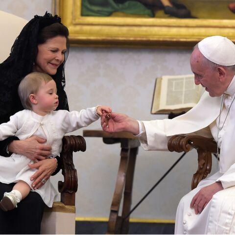 La reine Silvia de Suède présente sa petite-fille au Pape