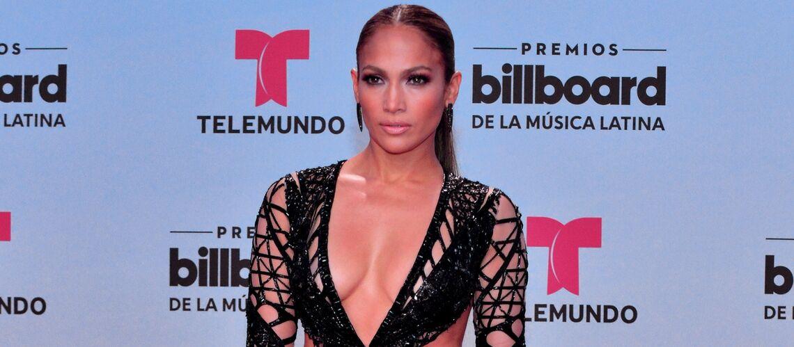 PHOTO – Jennifer Lopez: décolleté vertigineux et robe ajourée sur tapis rouge