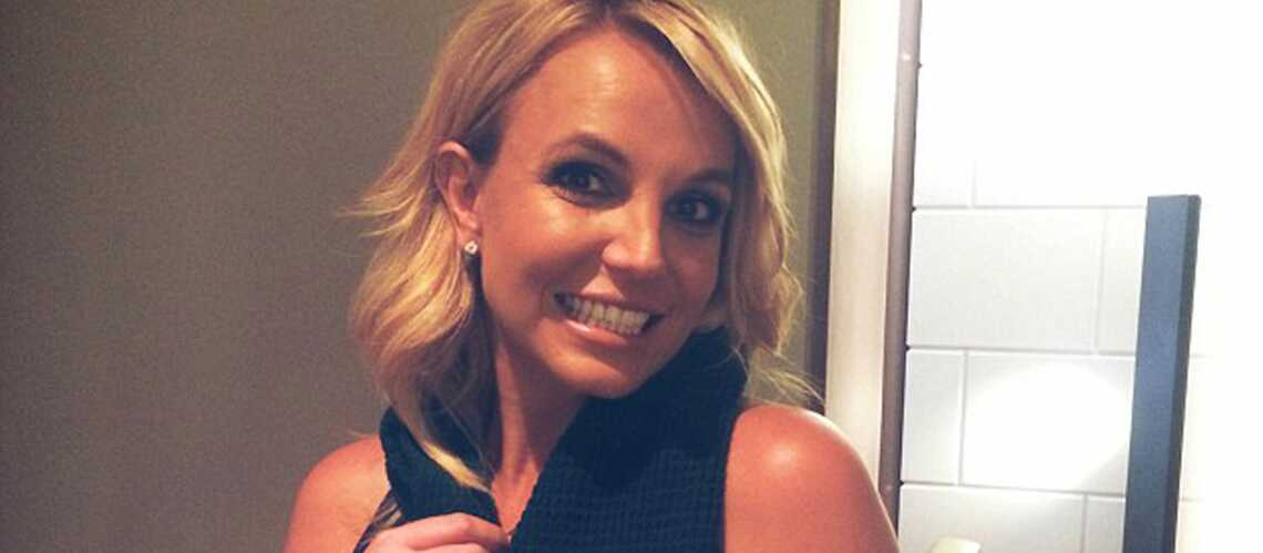 Britney Spears, Kylie Minogue, portent l'écharpe pour la bonne cause