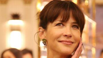 """VIDEO – Sophie Marceau souhaite un Noël """"électrique"""" à ses fans"""