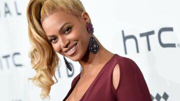 PHOTOS – Beyoncé, très enceinte, affiche ses rondeurs dans une sensuelle robe rouge