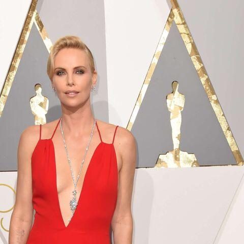Charlize Theron, incendiaire sur le tapis rouge des Oscars