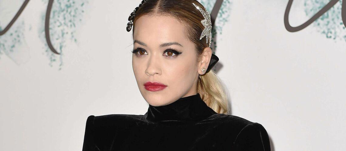 PHOTOS – Rita Ora ose le bijoux de tête: une tendance à ne pas manquer