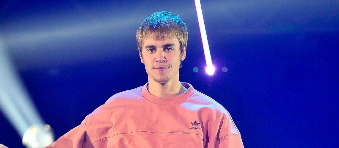 PHOTOS – Justin Bieber, grand frère très attentionné… et sexy à la plage