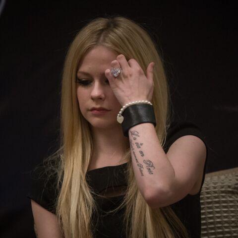 Avril Lavigne ne parvient pas à contenir ses larmes