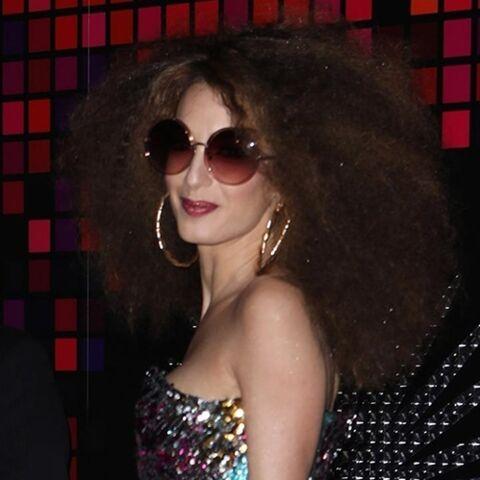 PHOTOS – Amal Clooney: ultra maquillée, elle est méconnaissable en diva des années 70