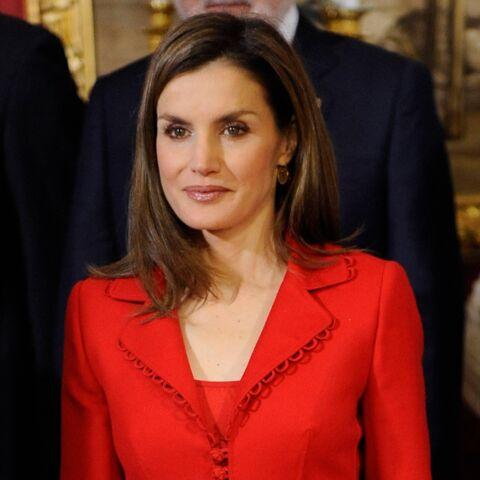 Photos – Letizia d'Espagne, dans un tailleur rouge passion, pour l'anniversaire de son mari Felipe VI