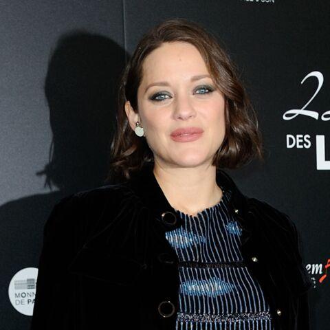PHOTOS – Marion Cotillard, très enceinte, en robe scintillante sur le tapis rouge des Prix Lumières