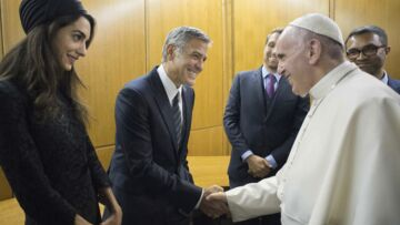 Photos – Amal et George Clooney rencontrent le pape