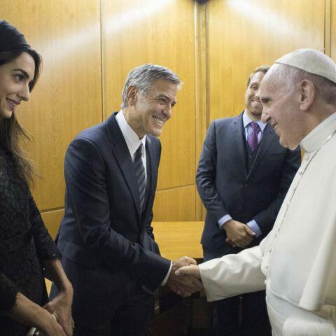 Photos – Amal et George Clooney rencontrent le pape