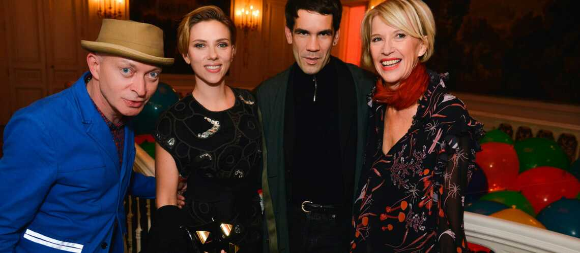 PHOTOS – Scarlett Johansson et son mari Romain Dauriac font la fête avec leurs amis parisiens