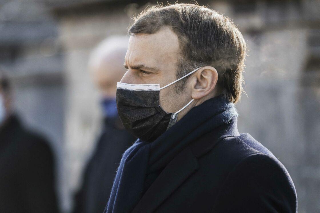 Le président se recueille sur la tombe de François Mitterrand, son prédécesseur, à Jarnac, pour les commémorations du 25ème anniversaire de sa mort. Jarnac, le 8 janvier 2021