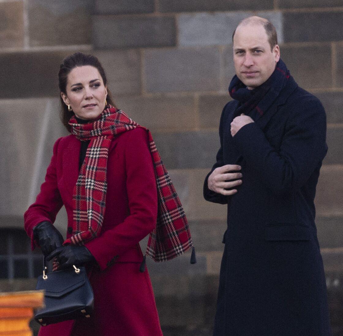 Kate Middleton et le prince William enchaînent les faux pas. Selon le tabloïd écossait The Daily Record, les Cambridge n'ont pas respecté les avertissements des autorités, les sommant de renoncer à leur royal tour du mois de décembre 2020.