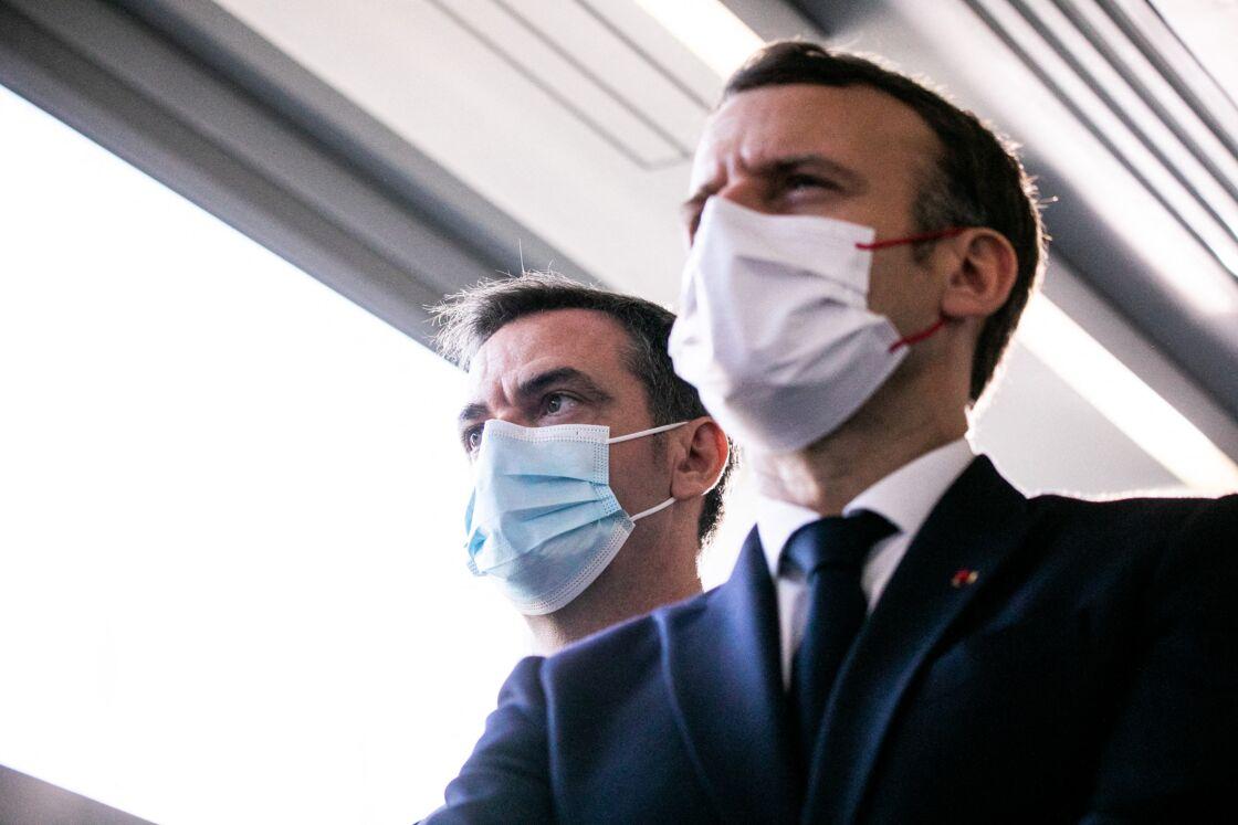 Emmanuel Macron, Président de la République, Olivier Véran, ministre de la santé, lors de la visite de l'Institut IMAGINE Echange avec les partenaires du projet Paris Santé Campus à Paris le 4 décembre 2020.