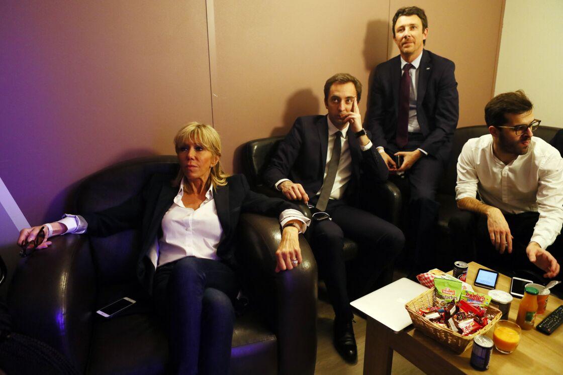 Brigitte Macron, aux côtés de Jean-Marie Girier, Benjamin Griveaux et Ismaël Emelien, pour encourager Emmanuel Macron lors de la campagne de 2017.