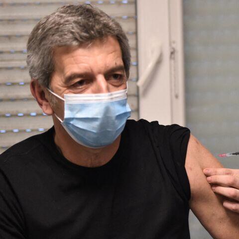 Michel Cymes accusé d'avoir simulé son vaccin: sa réponse aux «complotistes chroniques»