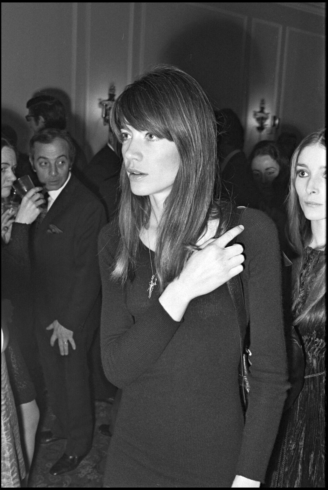 François Hardy dans les 60's portait avec une simplicité folle une simple robe pull en maille à col roulé, associée à une paire de collants et une paire de cuissardes hautes.