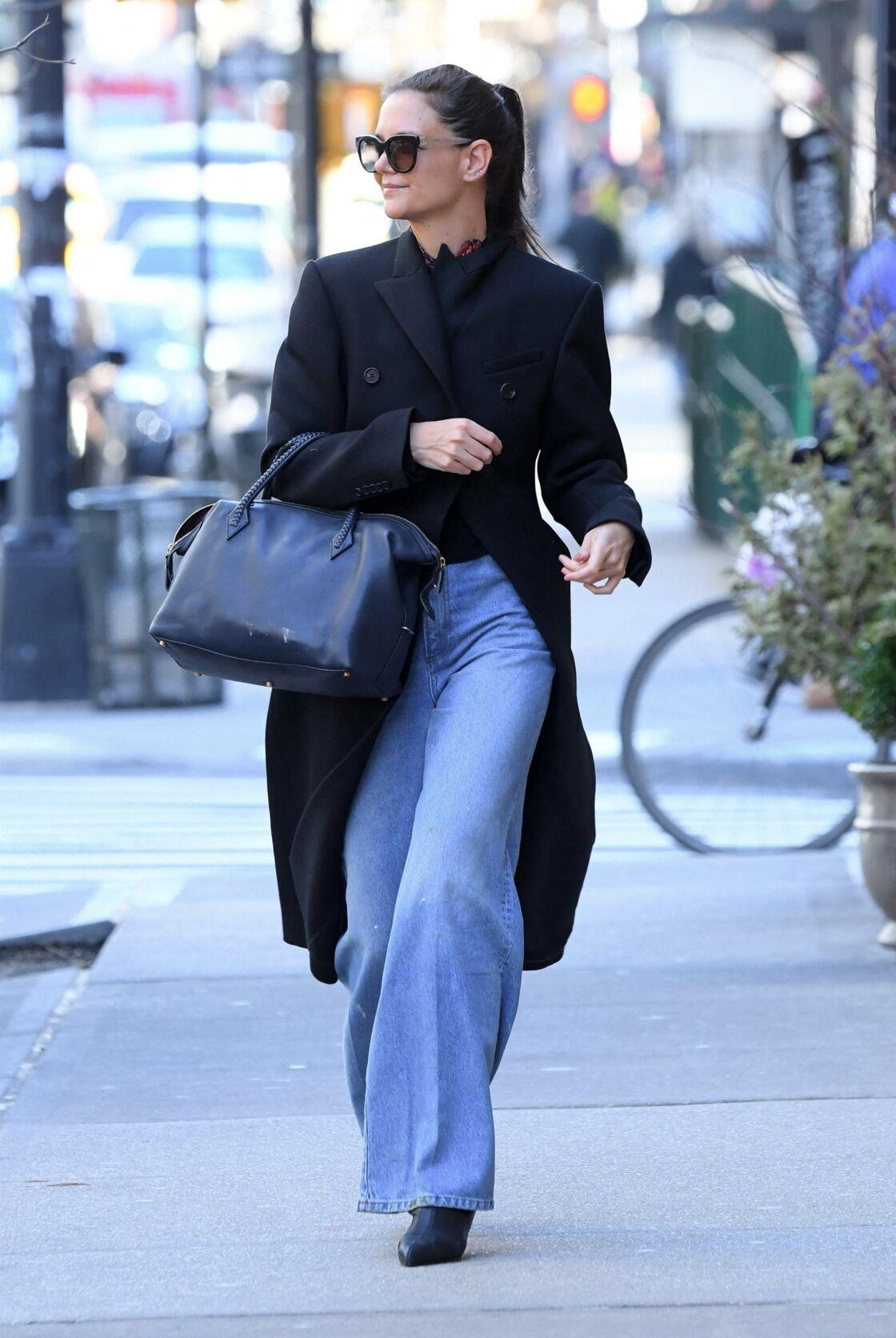 Katie Holmes métamorphosée depuis sa rupture, porte régulièrement des maxi pardessus, associés à des jeans et de simple paire de baskets