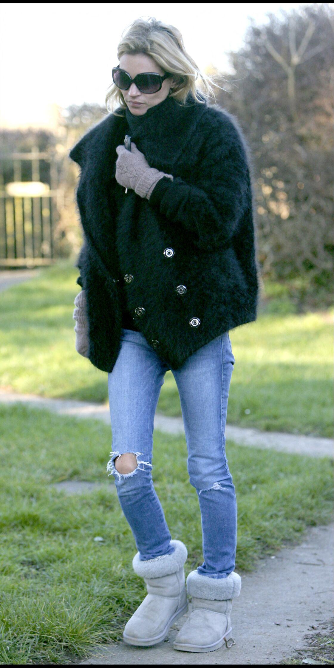 En denim brut, troué au genou, taille basse ou noir, peu importe, Kate Moss aime le jean tant qu'il est slim.