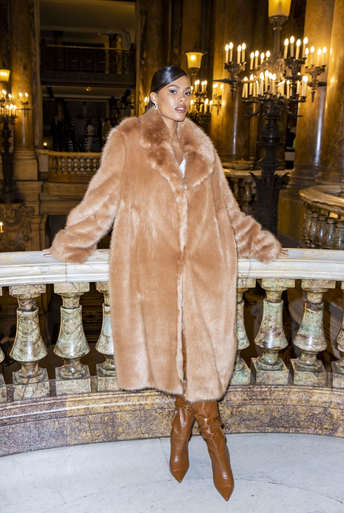 Tina Kunakey en fourrure au défilé Stella McCartney collection prêt-à-porter Automne/Hiver 2020-2021 lors de la Fashion Week à Paris, le 2 mars 2020