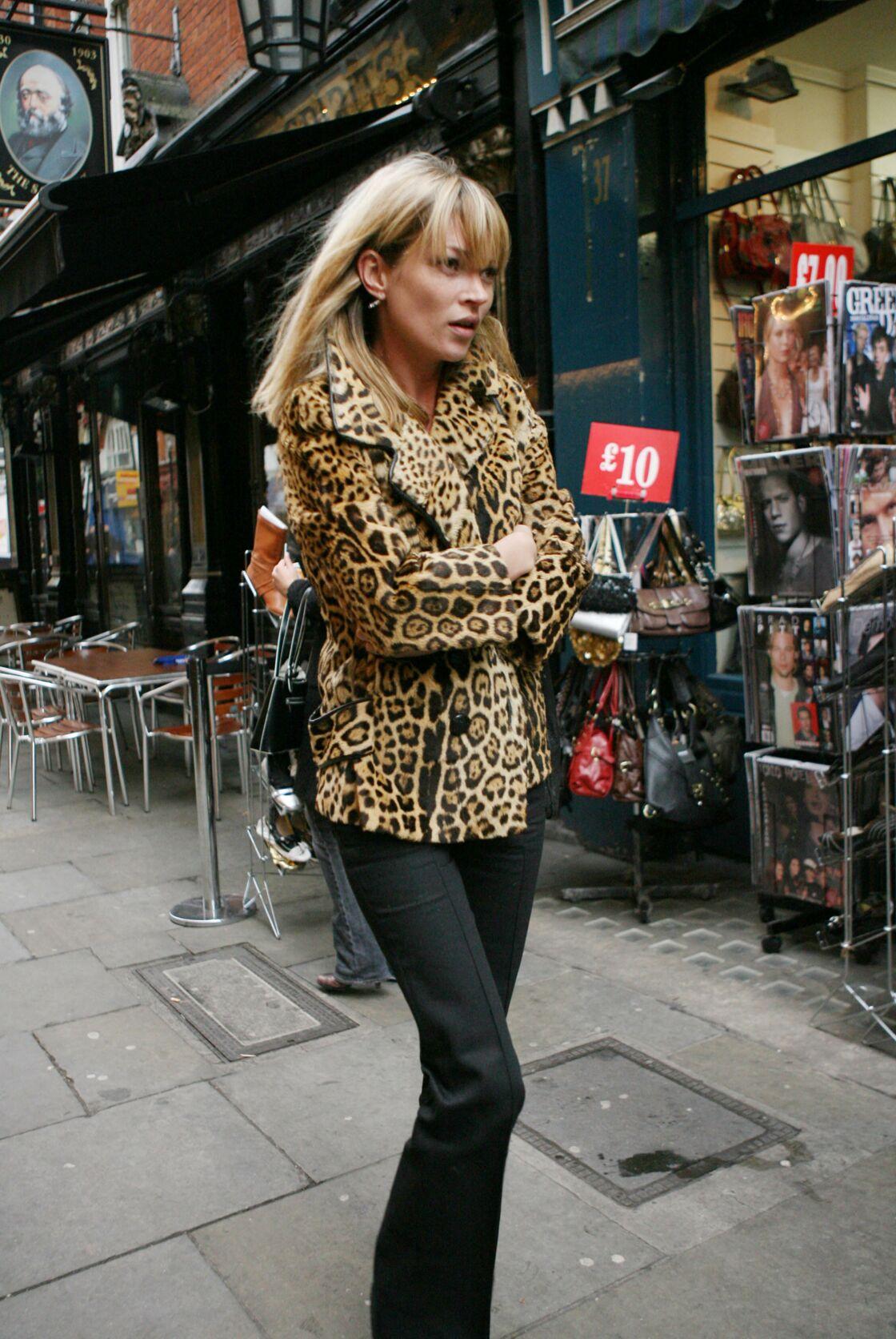 Kate Moss à Londres, arborant son manteau léopard fétiche, sa signature.