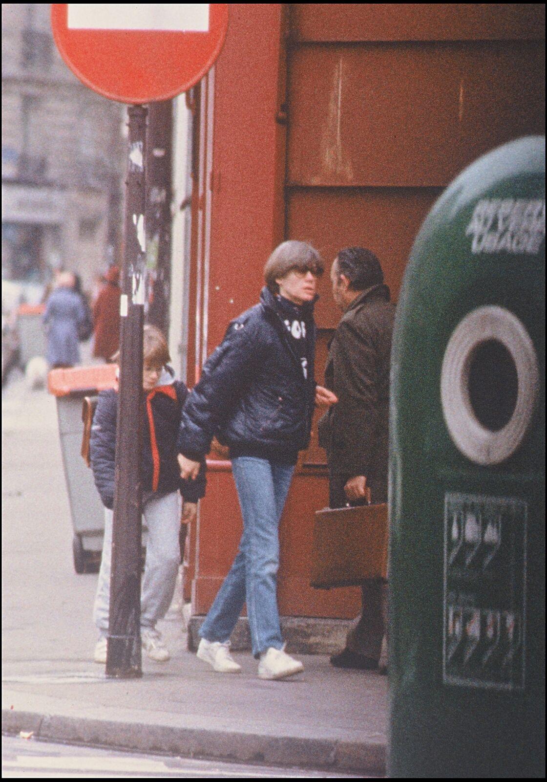 Le jean droit basket blanches de Françoise Hardy en 1984