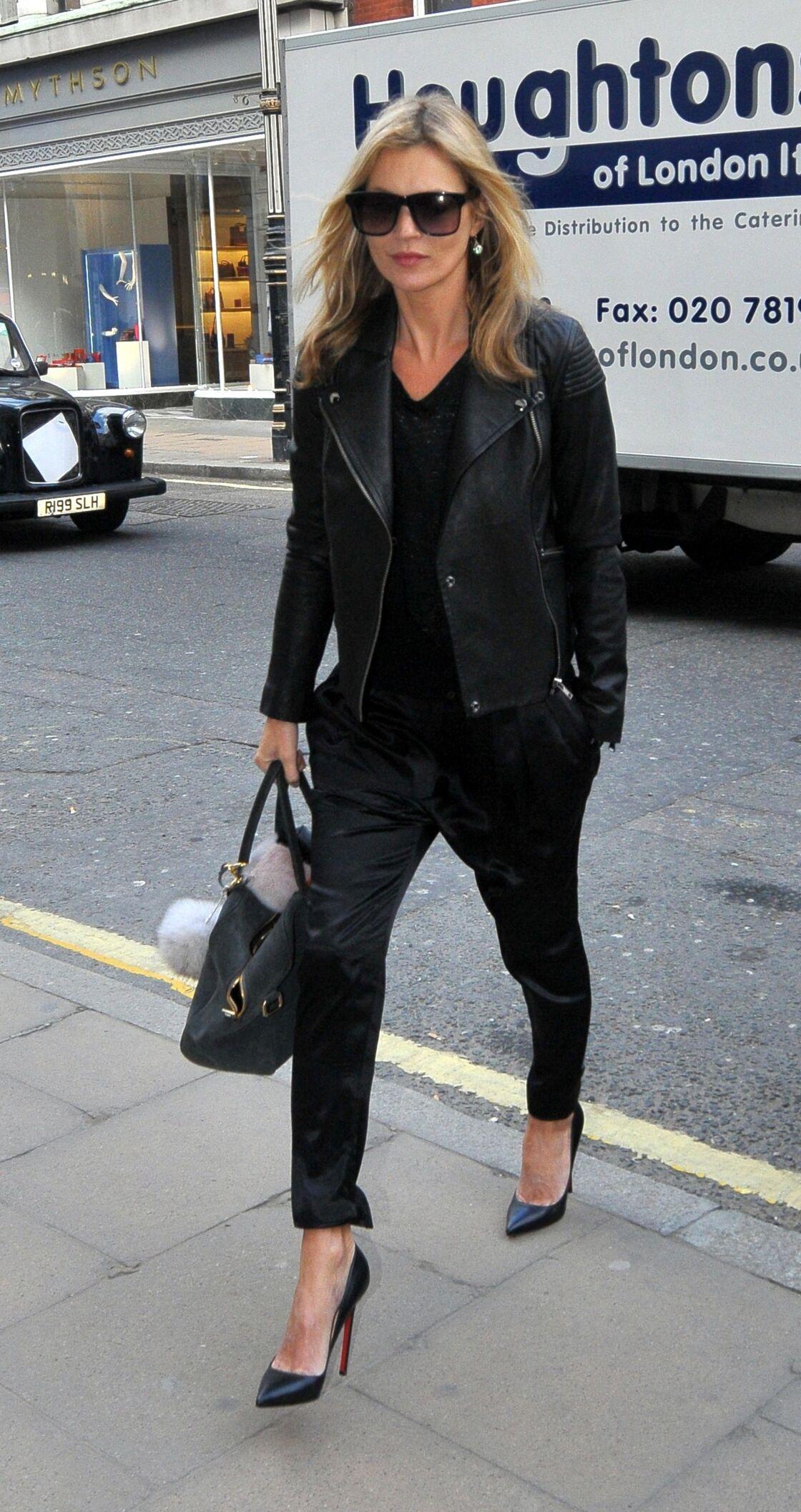 Less is more, mais surtout quand tout est noir, pour Kate Moss !