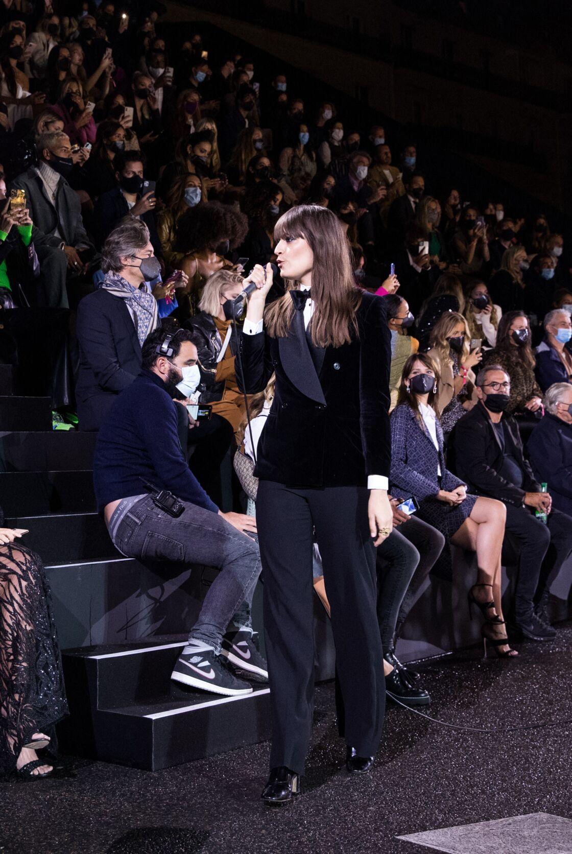 Clara Luciani en veste-pantalon flare au show Etam en septembre 2020
