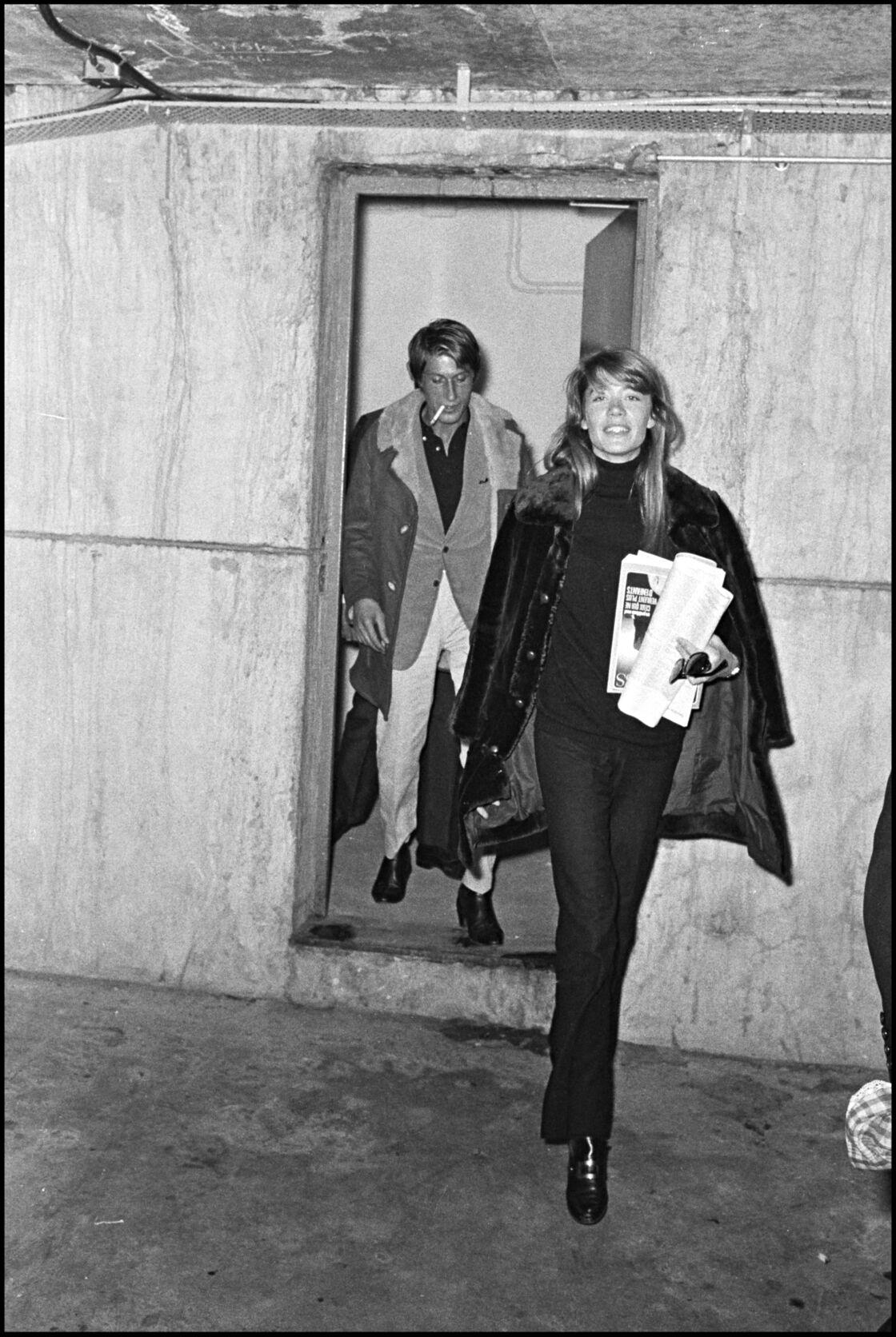 Françoise Hardy en ensemble veste-pantalon flare dans les 60's-70's dans les coulisses de l'émission Le palmares des chansons avec Jacques Dutronc