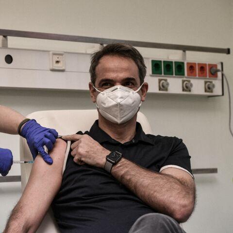 Torse nu, musclé et bronzé: le Premier ministre grec Kyriakos Mitsotakis créé l'émoi avec sa vaccination