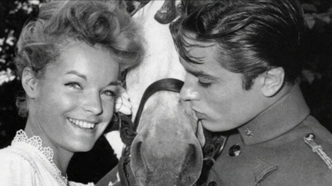 Alain Delon et Romy Schneider vivront une belle romance pendant quatre ans. Malgré leur rupture, les deux anciens tourtereaux resteront très proches jusqu'à la mort de l'actrice en mai 1982