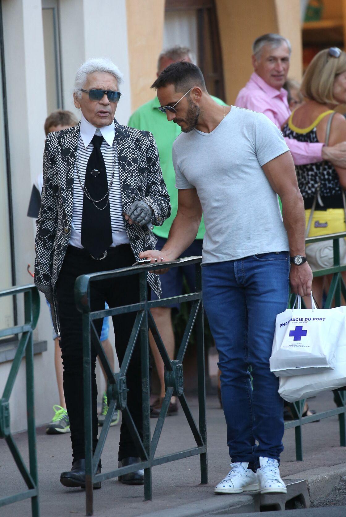 Karl Lagerfeld et Sébastien Jondeau, complices dans les rues de Saint-Tropez, un de leurs points de chute estivaux, en juillet 2015.