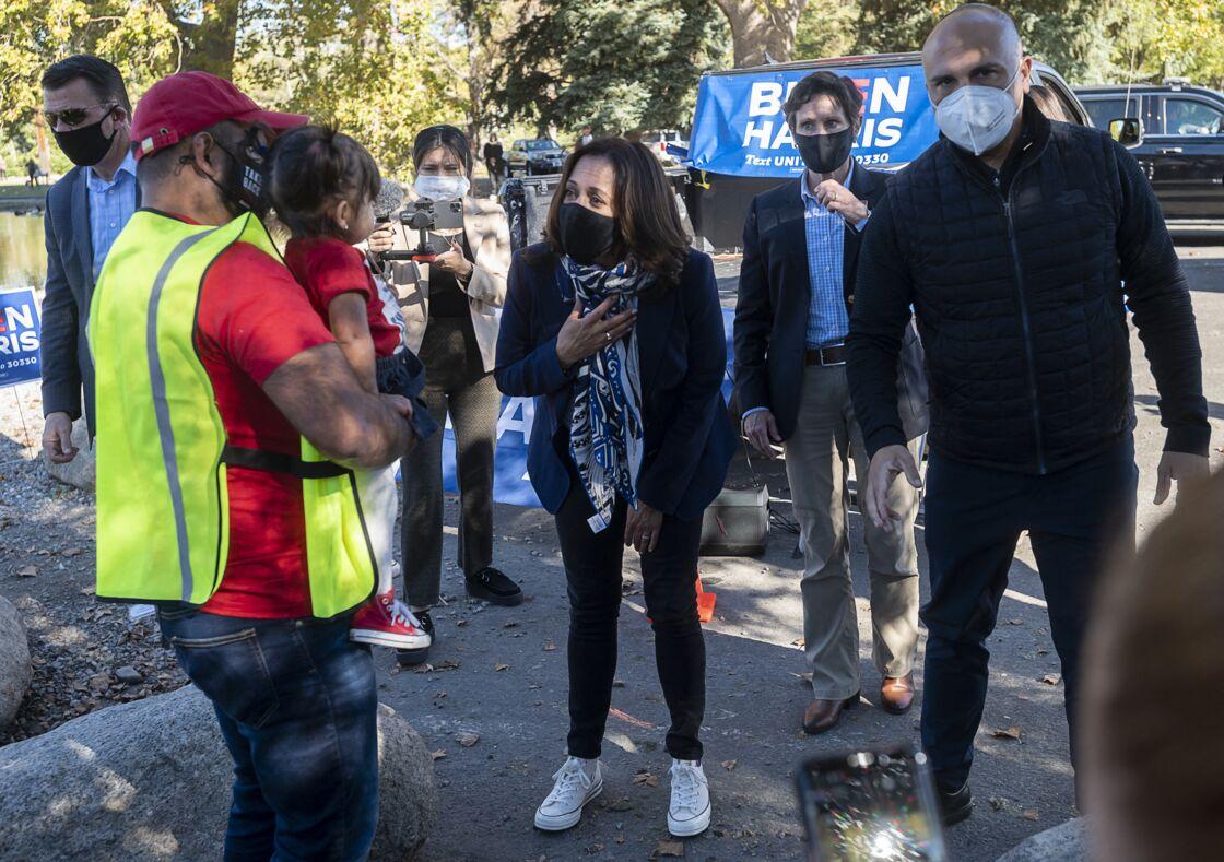 Kamala Harris lors de la campagne présidentielle avec une paire de Converse colorée