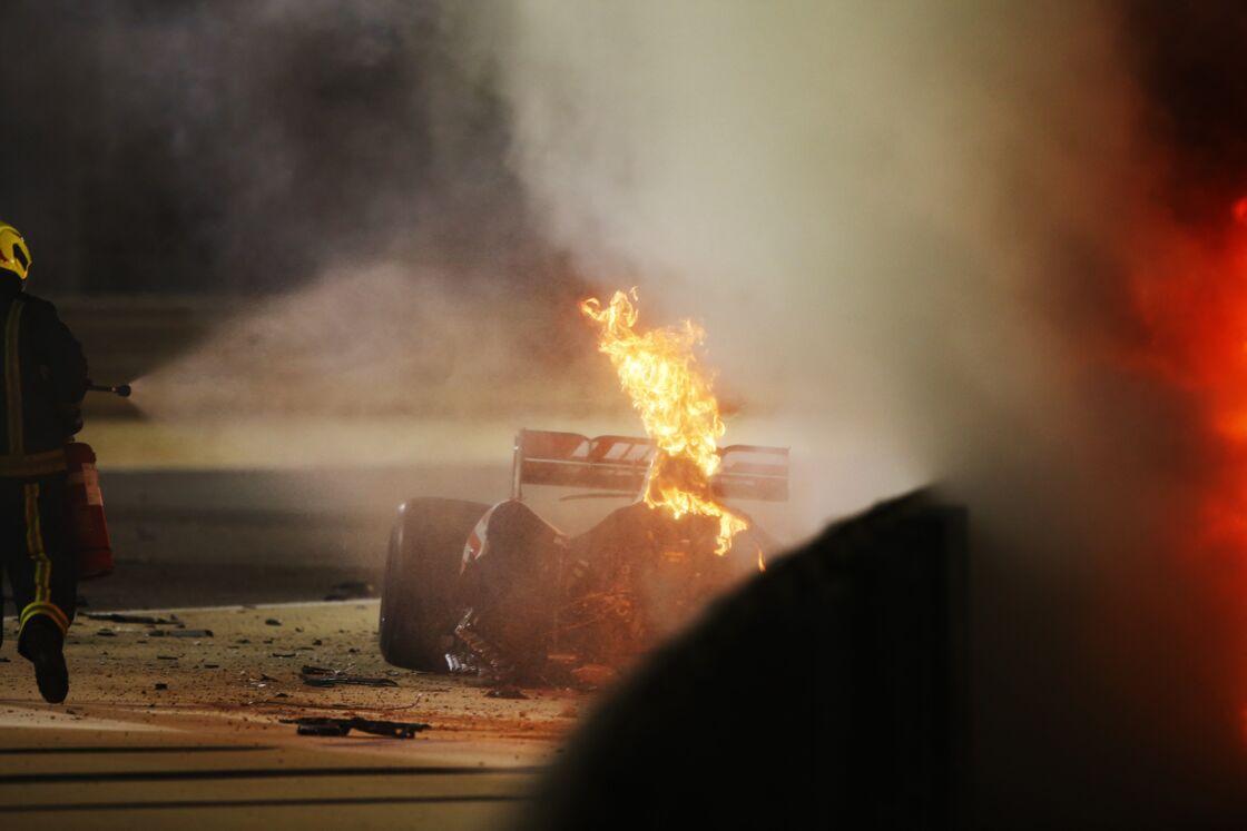 Après avoir percuté les barrières de sécurité, la voiture de de Romain Grosjean a aussitôt pris feu.