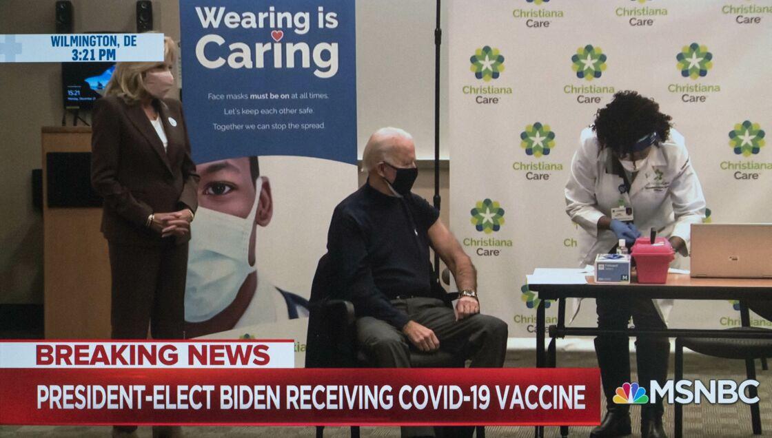 Si Donald Trump a bien souvent minimisé la crise sanitaire, Joe Biden s'est fait vacciner contre la Covid-19, à l'hôpital Christiana de Wilmington, le 21 décembre 2020.