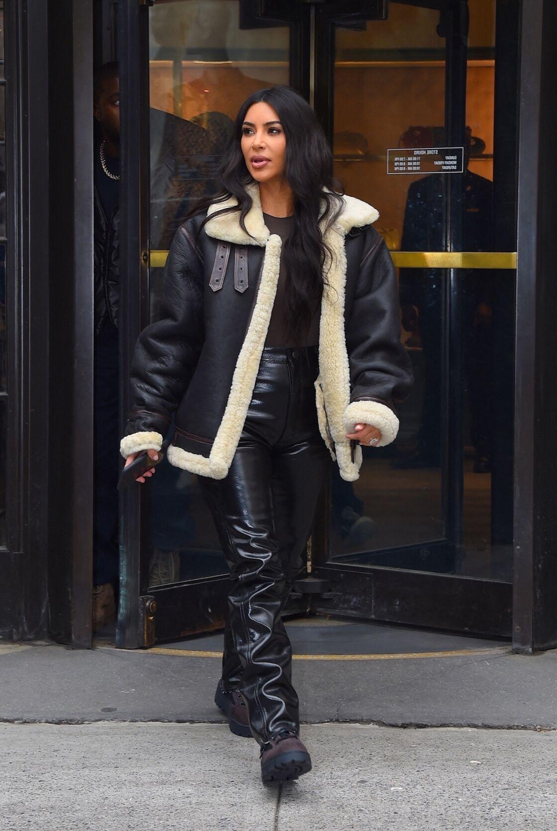 Kim Karadashian porte le sherling de Céline et opte pour un style décontracté avec un pantalon en cuir et une paire de grosses bottes de neige