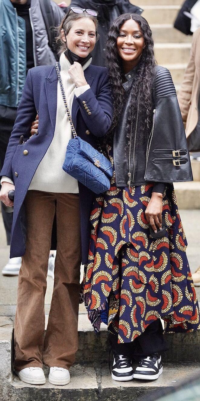 Christy Turlington à la sortie du défilé Fendi, casual chic, avec la tenue hivernale parfaite.