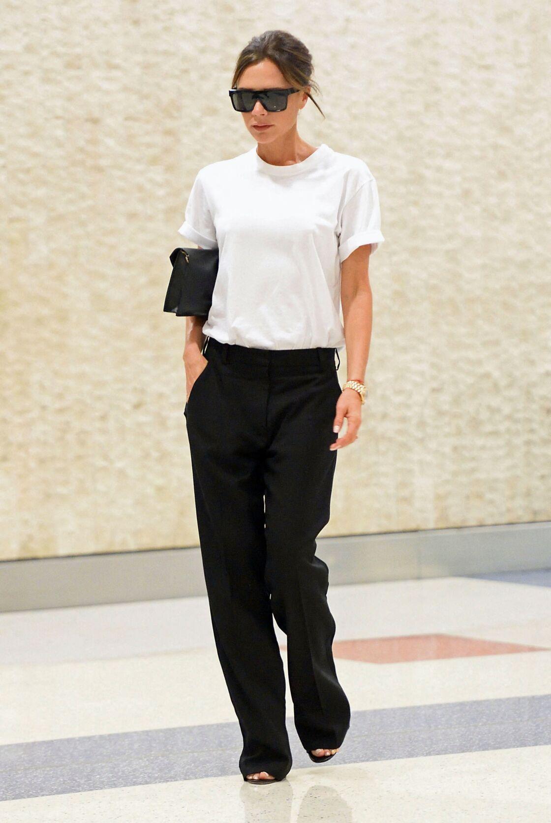 Victoria Beckham a fait du t-shirt blanc sa pièce fétiche, avec un denim ou un pantalon tailleur l'ancienne chanteuse est un fan de ce basique !