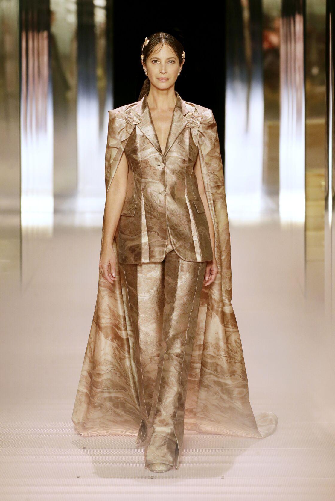 Christy Turlington défilant pour son ami, Kim Jones, lors du défilé Fendi Haute-Couture Printemps-Été 2021