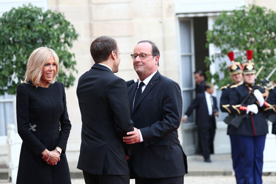 Brigitte et Emmanuel Macron avec François Hollande devant l'Élysée le 30 septembre 2019