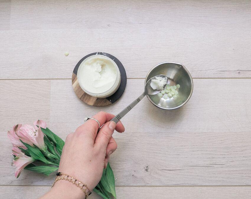 Simple et peu coûteuse, la recette du baume à lèvres maison est relativement facile à faire soi-même.
