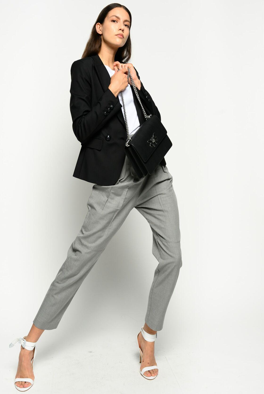 Le t-shirt blanc se porte aussi avec un tailleur pour une tenue de bureau élégante et décontractée