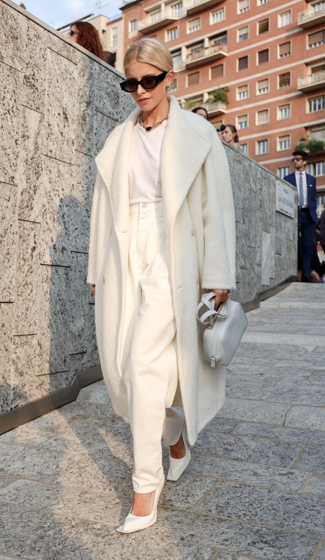 Caroline Daur ose et porte à merveille le look monochrome avec un t-shirt blanc même en pleine Fashion Week