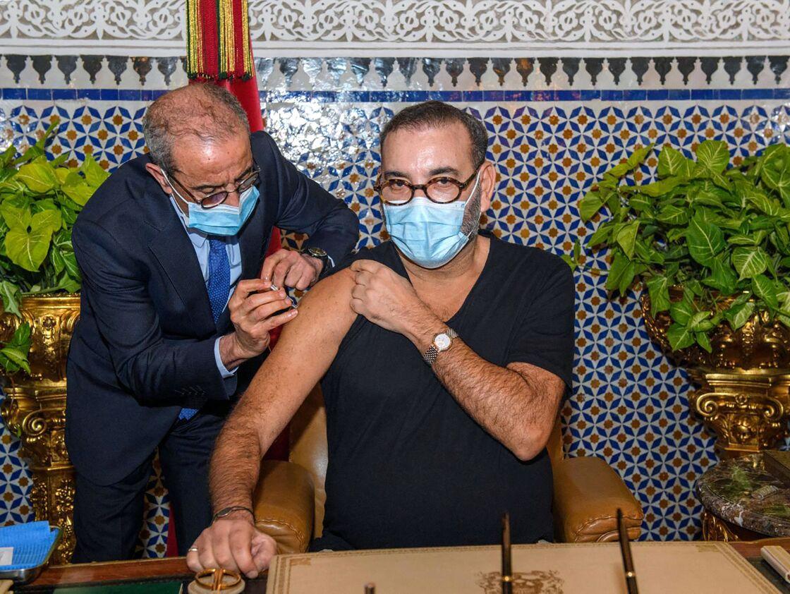Ce 28 janvier, le roi Mohammed VI du Maroc recevait la première injonction du vaccin contre le Covid-19. A cette occasion, il est apparu aminci.