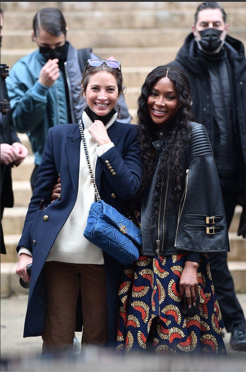 Les deux anciennes top des 90's sont sorties du défile Fendi en tenues casual et street style pour affronter l'hiver parisien